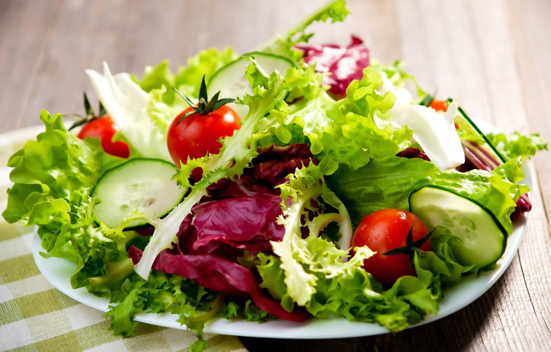 Mangiare insalata prima dei pasti aiuta ad evitare gonfiori e a perdere fino a 3 chili a settimana